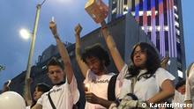 Friedensdemo_04: Mit Kerzen für den Frieden: Junge Kolumbianer vor dem Torre Colpatria. Aufnahmedatum: 5. Oktober 2016 Aufnahmeort: Bogota, Kolumbien Fotos: Kaeufer/Moser