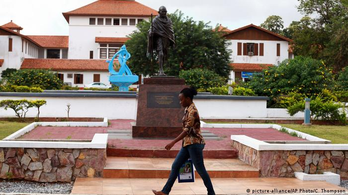 A woman walks past a Gandhi statue in Ghana (picture-alliance/AP Photo/C. Thompson)