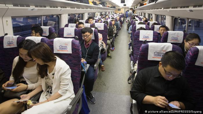 China - Bullettrain von Nanjing nach Nantong (picture-alliance/ZUMAPRESSS/Suyang)