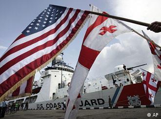 Флаги США и Грузии на борту американского военного корабля Dallas (фото из архива)