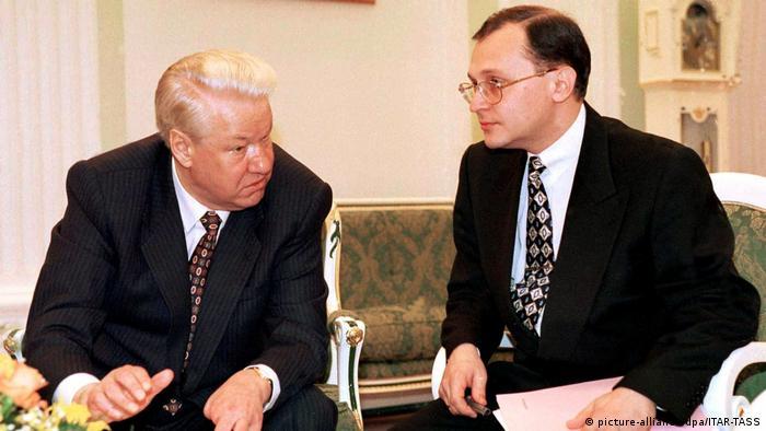 Russland Präsident Jelzin und Premierminister Kirijenko (picture-alliance/dpa/ITAR-TASS)