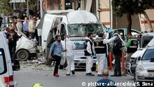 epa05572997 Turkish forensic police officers search the area for evidence after an explosion near a local police station in Istanbul, Turkey, 06 October 2016. At least five people were wounded in an explosion near a police station at Yenibosna District, local media reported. EPA/SEDAT SUNA +++(c) dpa - Bildfunk+++ Copyright: picture-alliance/dpa/S. Suna