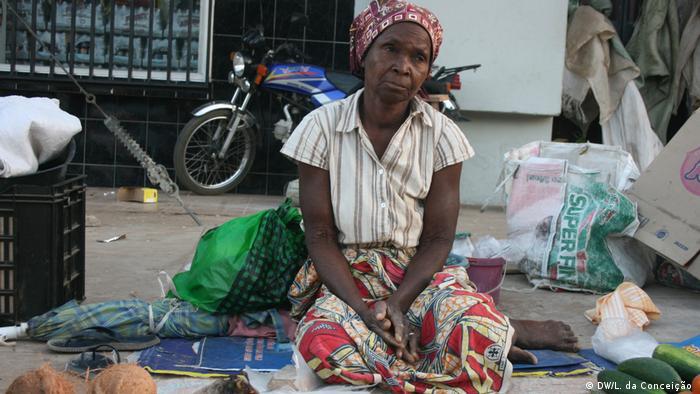 Nas ruas de Maxixe, a idosa Joana Cumbane trabalha vendendo frutas e legumes para sustentar nove netos. Ela é acusada pelas noras de feitiçaria