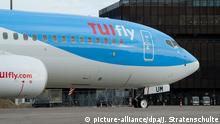 Eine fabrikneue Boeing 737-800 der Fluggesellschaft TuiFly rollt am 17.02.2014 über das Gelände vom Flughafen in Hannover (Niedersachsen). Die Jets der Airline TuiFly werden in Zukunft für einen einheitlicheren Markenauftritt blau lackiert. Foto: Julian Stratenschulte/dpa   Verwendung weltweit