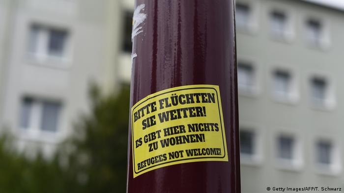 Deutschland Aufkleber mit fremdfeindlichen Parolen (Getty Images/AFP/T. Schwarz)