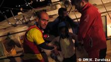 """Stichwort: Rettung von Flüchtlingen im Mittelmeer Copyright: Karlos Zurutuza, DW, Libyen, Sept 2016 Refugees are taken to southern Italian ports. """"Some will ask for political asylum while others will be sent back following immigration agreements between Italy and their countries of origin,"""" FRONTEX officials on port told DW. The International Organization for Migration has identified 276,957 migrants in Libya, out of the around 700,000 to 1 million migrants expected to be within the country."""