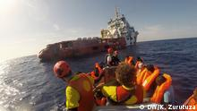 Stichwort: Rettung von Flüchtlingen im Mittelmeer Copyright: Karlos Zurutuza, DW, Libyen, Sept 2016 Several women jump on raft boats carrying their babies with them. Many get pregnant after being abused during their journey across northern Africa or in the hands of human smugglers in Libya