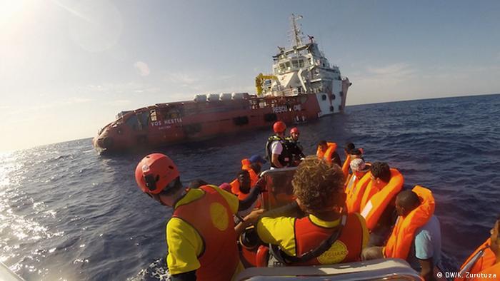Rettung von Flüchtlingen im Mittelmeer (DW/K. Zurutuza)