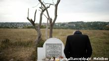 17.9.2012*** 1240861 Ukraine, Uman. 09/18/2012 Pilgrim standing by the grave at the old Jewish cemetery in the town of Uman, Ukraine. Thousands of Hasids have come to Uman for celebrating theJewish New Year, Rosh Hashanah. Valeriy Melnikov/RIA Novosti   picture alliance/dpa/V. Melnikov