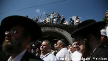 17.9.2012*** 1240867 Ukraine, Uman. 09/16/2012 Pilgrims at the grave of Rebbe Nachman, the founder of Hasidism, on the eve of Jewish New Year Rosh Nashanah in Ukraine. Valeriy Melnikov/RIA Novosti | picture alliance/dpa/V. Melnikov