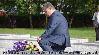 Петр Порошенко у памятника жертвам трагедии на Волыни