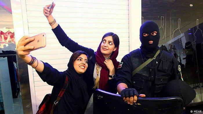 Iran Selfi mit Polizei (MEHR)