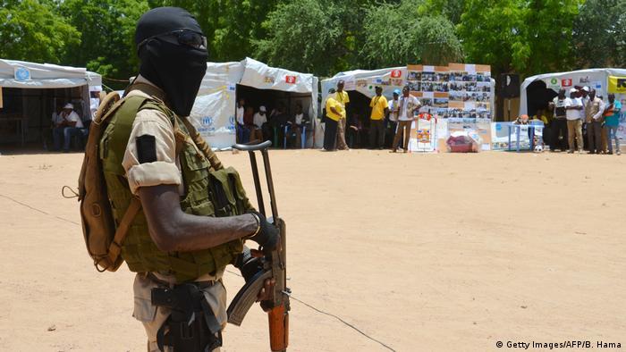 Niger Soldat bewacht das Flüchtlingcamp in Diffa (Getty Images/AFP/B. Hama)