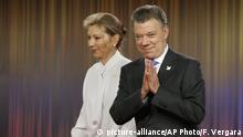 Colombia's President Juan Manuel Santos, right, arrives with his wife Maria Clemencia Rodirguez for a press conference at the presidential palace in Bogota, Colombia, Friday, Oct. 7, 2016. Colombian President Juan Manuel Santos won the Nobel Peace Prize Friday, just days after voters narrowly rejected a peace deal he signed with rebels of the Revolutionary Armed Forces of Colombia, FARC. (AP Photo/Fernando Vergara)   picture-alliance/AP Photo/F. Vergara