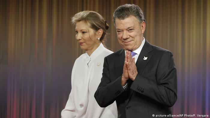 Kolumbien Bogota - Juan Manuel Santos erhält Friedensnobelpreis (picture-alliance/AP Photo/F. Vergara)