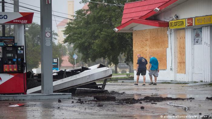 In Daytona Beach, Florida, hat der Hurrikan das Dach einer Tankstelle abgedeckt (Foto: DPA)