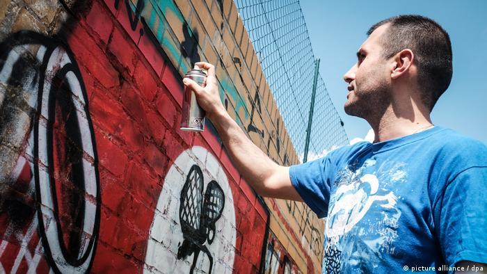 Berliner Sprayer übermalen Nazi-Symbole (picture alliance / dpa)