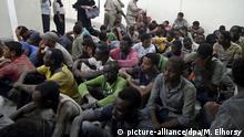 21.9.2016 *** epa05551314 Survivors from a boat that capsized sit in a police station in the port city of Rosetta, 250km north of Cairo, Egypt, 21 September 2016. According to Egypt's health ministry, 42 people died after a boat carrying migrants capsized. The number of passengers on board is not yet confirmed, with media reporting between 300 and 600. EPA/MOHAMED ELHOSRY EGYPT OUT +++(c) dpa - Bildfunk+++ | Copyright: picture-alliance/dpa/M. Elhorsy