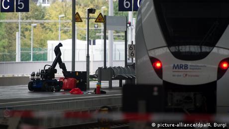 Deutschland ferngesteuerter Roboter beim Polizeieinsatz in Chemnitz (picture-alliance/dpa/A. Burgi)