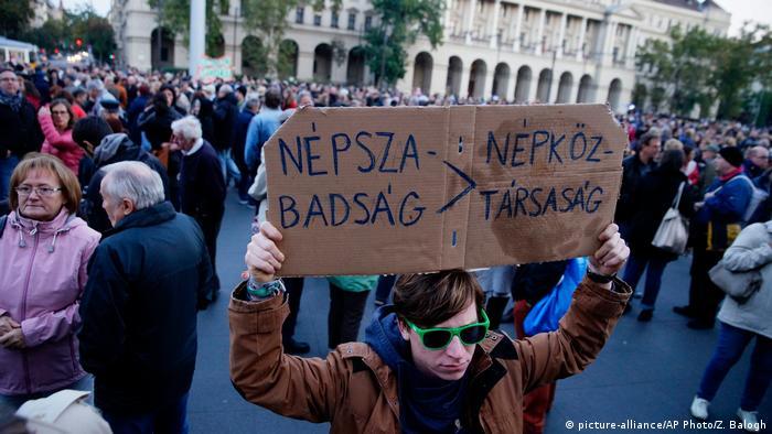Ungarn Protesten wegen Schließung der oppositionelle Zeitung Nepszabadsag