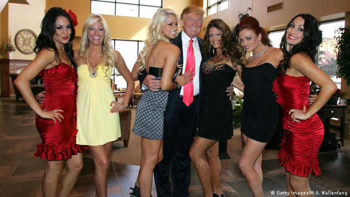 USA 2009 Donald Trump WWE Diva Girls (Getty Images/M.A. Wallenfang)