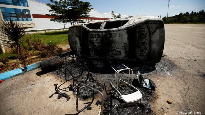 Ein ausgebranntes Auto als Resultat der Proteste (Foto: Reuters)