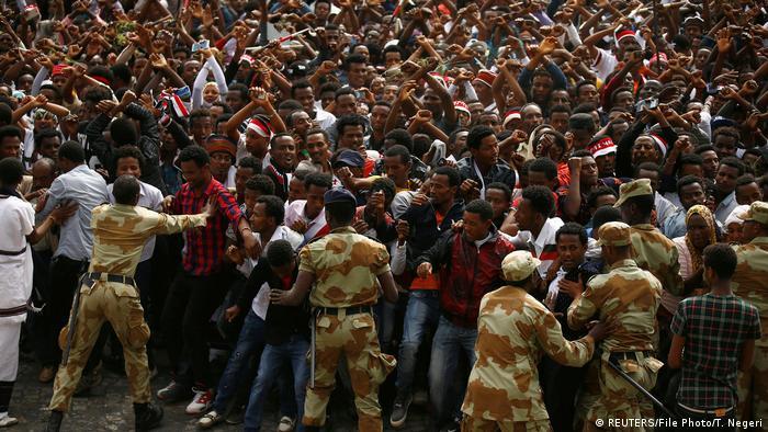 Sicherheitskräfte halten eine Menschenmenge beim jährlichen Dankfest Irreecha in Schach (Foto: Reuters)