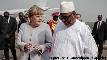 Bundeskanzlerin Angela Merkel (CDU) wird am 09.10.2016 in Bamako in Mali von Staatspräsident Ibrahim Boubacar Keita mit militärischen Ehren am Flughafen begrüsst. Merkel befindet sich auf einer dreitägigen Afrikareise und besucht auch noch Niger und Äthiopien. Foto: Michael Kappeler/dpa +++(c) dpa - Bildfunk+++ Copyright: picture-alliance/dpa/M. Kappeler