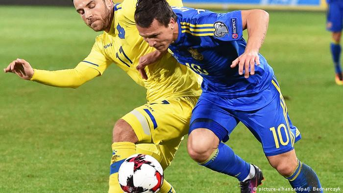 Євген Коноплянка (у синій формі) під час матчу зі збірною Косова
