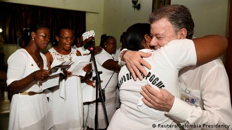 El presidente de Colombia, Juan Manuel Santos, anunció desde Bojayá, atacado en 2002 por las FARC, que donará a las víctimas del conflicto armado interno de su país el casi millón de dólares con el Premio Nobel de Paz. (10.10.2016)