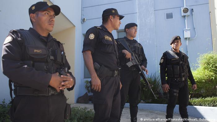 El Ejército de Guatemala prometió colaborar tras detención de 13 militares acusados de asesinar a un joven en 2015. La fiscalía imputará a los detenidos los delitos de ejecución extrajudicial, incumplimiento de deberes, omisión de denuncia y obstaculización a la acción pena. (10.10.2016)
