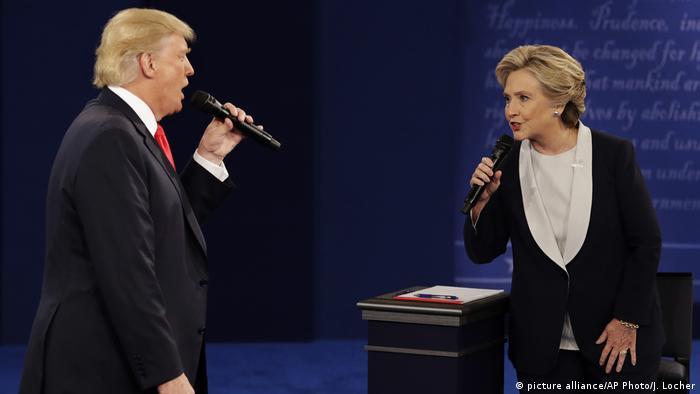 Клинтън и Тръмп по време на втория им телевизионен дебат