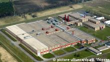 ARCHIV - Luftbild der Urananreicherungsanlage der Urenco Deutschland GmbH in Gronau (Kreis Borken), aufgenommen am 12.4.2003. Die deutschen Energieriesen RWE und Eon erwägen offensichtlich, sich aus dem Geschäft mit der Urananreicherung zurückzuziehen. Das war am Mittwoch (07.09.2011) in Branchenkreisen zu erfahren. +++ (C) picture-alliance/dpa/B. Thissen