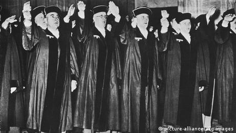 Deutschland Richter am Volksgerichtshof Hitlergruß (picture-alliance/akg-images)