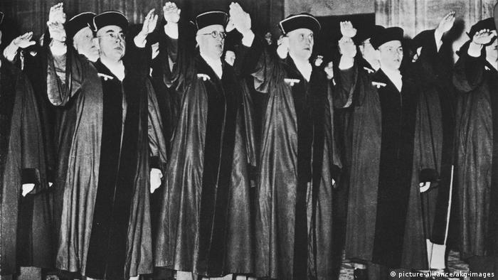 Juízes fazem saudação nazista em 1934