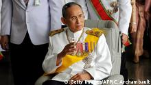 ARCHIV 2009 *** Thai King Bhumibol Adulyadej (C) waves to a crowd of well-wishers as he leaves the Siriraj Hospital on a wheelchair pushed by doctors, in Bangkok on December 5, 2009. Thailand's revered king left a Bangkok hospital Saturday to attend a ceremony at the royal palace to mark his 82nd birthday. AFP PHOTO/Christophe ARCHAMBAULT (Photo credit should read CHRISTOPHE ARCHAMBAULT/AFP/Getty Images) Copyright: Getty Images/AFP/C. Archambault