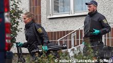 10.10.2016+++ Polizei und Spurensicherung verlassen am 10.10.2016 ein Haus im Stadtteil Paunsdorf in Leipzig (Sachsen). Zwei Tage nach dem brisanten Bombenfund in Chemnitz hat die Polizei den bundesweit gesuchten Terrorverdächtigen Syrer Dschaber al-Bakr in Leipzig festgenommen. +++(c) picture-alliance/dpa/H. Schmid