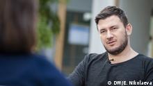Deutschland Berlin - DW-Moderatorin Zhanna Nemtsova spricht mit Dmitri Gluchowski