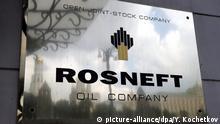 file - The logo of the 'Rosneft' petroleum company is seen on the tablet fastened to a wall of its headquarters in Moscow, Russia. EPA/YURI KOCHETKOV/dpa (zu dpa Kaum bekannt, aber mächtig: Ölmultis im Staatsbesitz vom 02.02.2016) +++(c) dpa - Bildfunk+++ | © picture-alliance/dpa/Y. Kochetkov