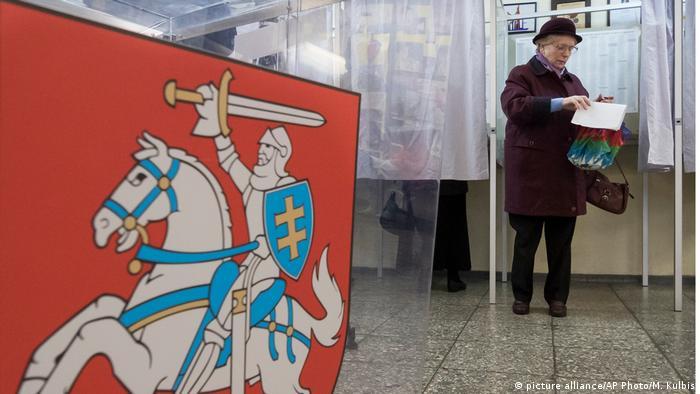 Пожилая избирательница на избирательном участке в Вильнюсе во время парламентских выборов 2016 года