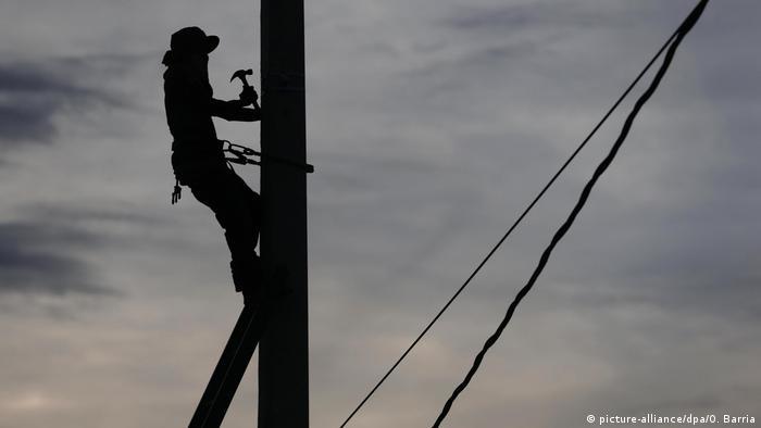 Haiti nach Hurrikan Matthew - Reparatur Strommast (picture-alliance/dpa/O. Barria)