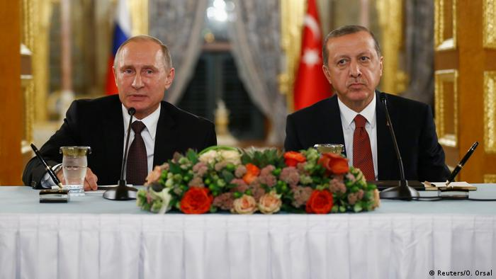 Володимир Путін (ліворуч) і Реджеп Таїп Ердоган під час зустрічі в Стамбулі 10 жовтня