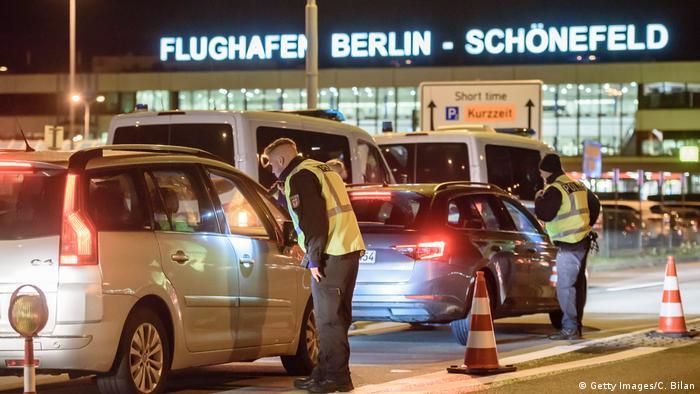 Berlin Anti-Terror-Einsatz Polizei am Flughafen Schönefeld (Getty Images/C. Bilan)