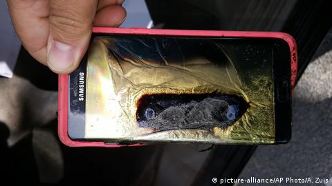 A burnt-out Samsung phone. (picture-alliance/AP Photo/A. Zuis)