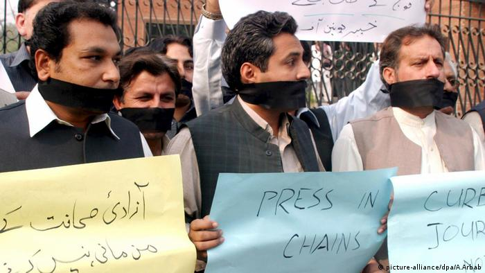 Journalisten protestieren in Pakistan Pressefreiheit Zensur (picture-alliance/dpa/A.Arbab)