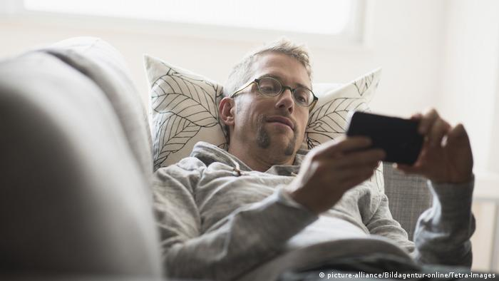 Brille Mann Smartphone (picture-alliance/Bildagentur-online/Tetra-Images)