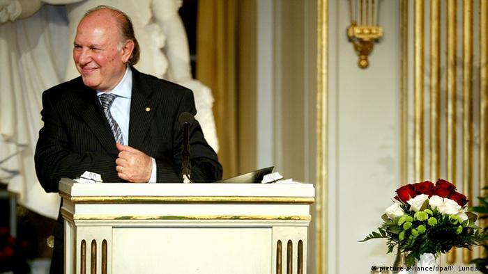 Nobelpreisträger Imre Kertész am Rednerpult (picture-alliance/dpa/P. Lundahl)
