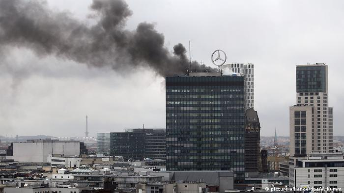 Flammen im Europa-Center in Berlin (picture-alliance/dpa/W. Kumm)