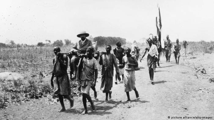 Senhores coloniais alemães viajam na África Oriental, no início do século 20