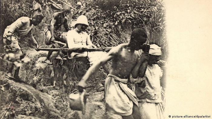 Colonial ruler being carried in Madagascar (picture-alliance/dpa/arkivi)